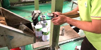 祺鑫防水插头-电线挤出机测量